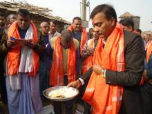 पुर्ब मंत्री तथा नेपाली काँग्रेसका केन्द्रीय सदस्य अजय कुमार चौरसिया ज्यु आरती गर्दै।