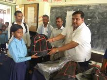 नगर प्रमुख श्री नितेन्द्र प्रसाद साह ज्यु दलित छात्र- छात्रा हरु लाई झोला तथा सैक्षिक सामग्रीहरु बितरण गर्दै।