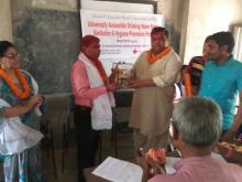नगर प्रमुख ज्युले नेपाल रेडक्रस सोसाइटी प्रदेश न. २ को अध्यक्ष श्री फुलम्हमद मिया ज्यु लाई मायाको चिन्ह उपहार स्वरुप प्रदान गर्दै।