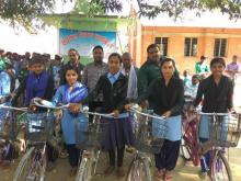नगर प्रमुख तथा वडा अध्यक्ष मार्फत छात्रा हरु साइकल प्राप्त गर्दै।